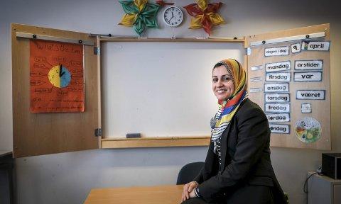 Språk: Hanin Sakallah kom til Norge og Rana som palestinsk flyktning for 11 år siden. Nå er hun godt integrert med jobb som lærer på Mo ungdomsskole og veileder ved PPT Rana. Språket er nøkkelen til alt, mener 41-åringen. Foto: Øyvind Bratt