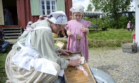 Opplæring: Aina «Jensine» Sætermo ga Ninni «Barnepike Anna» Breimo Ranheim (6) god opplæring i å vaske på brett årets Stennesdag. Foto: Emilie Sofie Olsen