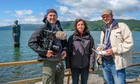 På reise: Frank Kranstedt, Cordola Echerhoff og Marcel Lepel reiser rundt i Nordland for å filme ulike skulpturer i naturen.