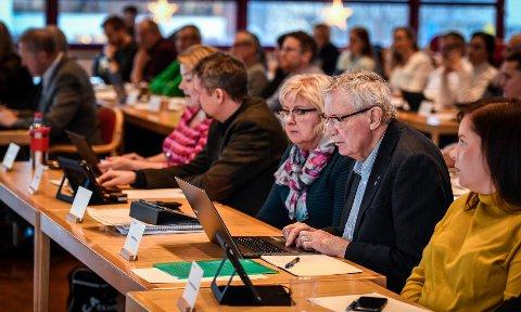 Her ser vi nærmest Jan Erik Arnøy og Gerd Jakobsen i Arbeiderpartiet under debatten om budsjett i kommunestyret tirsdag.