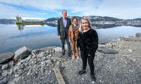 Johan Petter Røssvoll viste stortingsrepresentantene Sandra Borch og Siv Mossleth hvor det kan komme ny dypvannskai i Rana. Prislapp: 120 millioner for mudring og utbedring av farled.