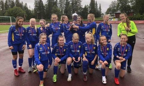 EVENTYR: Selfors J15 kom til finalen i Kippermocupen i juni. Nå håper de på et cupeventyr i Oslo i slutten av måneden. Foto: Privat