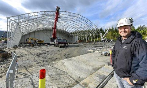 I RUTE: Den nye fotballhallen fotballhallen reiser seg. MBA, som er byggherre, er godt i rute med jobben som sier åpning i midten av desember. Prosjektleder Thomas L. Ildgruben ser ikke mye som kan forsinke arbeidet, men håper på en fin høst. Foto: Øyvind Bratt