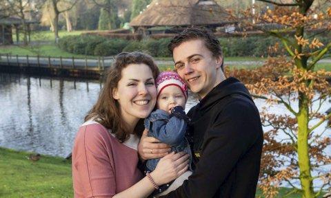 Joakim Haugen (30) gledet seg til å ta med sin nederlandske kone Rosalie og dattera Nina hjem til Rana for å feire norsk jul. Nå blir det ikke noe av, for selv om han kan ta karantenetida hjemme hos foreldrene, må Rosalie og Nina ti dager på karantenehotell. Foto: Privat