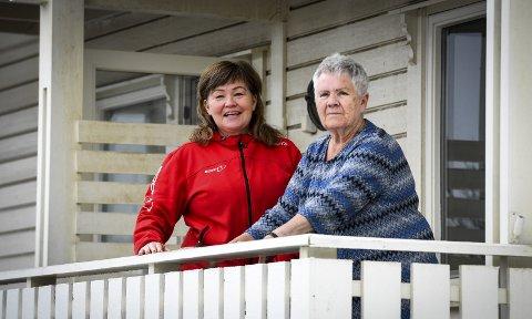 Stiller: Hjemmetjensten må prioriteres på andre områder i koronakrisen. Derfor har Anita Sollie flyttet hjem til mora Silja Skog for å bistå 79-åringen med det hun trenger hjelp til. – De er bare helt fantastiske disse helseenglene, sier Sollie.