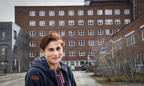 FAGSJEF: Ida Rashida Khan Bukholm er fagsjef ved Helgelandssykehuset. Hun mener det er nesten teoretisk umulig at den koronasmittede vikaren på sykehuset i Sandnessjøen kan ha smittet andre. Her er hun utenfor Helgelandssykehuset på Mo i Rana.
