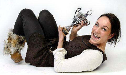 Linn Christina Aalefjær spilte flere gode sesonger for Rana HK, og hun var også populær blant våre lesere. Her med pokalen hun vant i 2007. Foto: Øyvind Bratt
