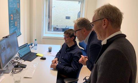 Bildeet viser Christian Tovås (t.v.), prosjektleder bygning og infrastruktur, Tom Einar Jensen, konserndirektør og Einar Kilde, konserndirektør prosjekt i FREYR da de ble gjort kjent med nyheten om at de er månedens bedrift.