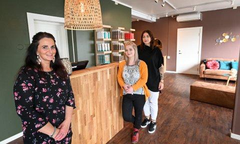 Matilde Jensen (27), Mia Kristiansen (27) og Janne Hauahei (47) ser fram til å ta imot nye og gamle kunder ved Fryd Frisør og Velvære på Selfors.