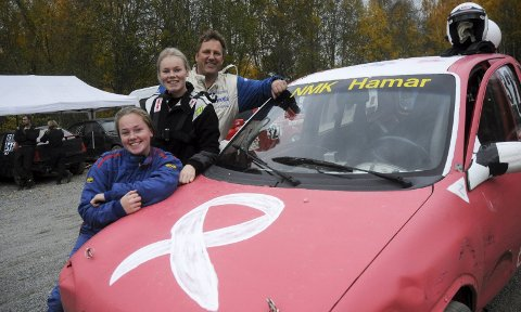 TRE KREFTKNUSERE: Helene (15), Mia (19) og far Tommy Kristiansen kjørte Neglespretten i helga. Mor Linda Kristiansen satt på tribunen da bildet ble tatt.Foto: Knut Erik Landgraff