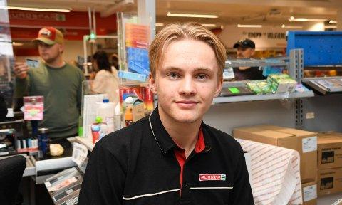 Heldig og fornøyd: Eirik Nissen stortrives med å fylle sommerdagene med jobb i Mølla Storsenter i Brumunddal. I tillegg har han sommerjobb på gård.