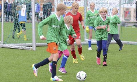 Laget fra Nes skole kjempet mot overmakten, men måtte tåle hele 14 baller i eget nett mot byskolen Ullerål.