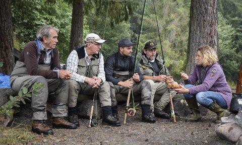 Ringerikes Sportsfiskere har gjort mye for storørretstammen. Her drøfter Else Ravneberg tiltak med Helge Gustavsen (f.v.), Arild Brådalen, Henning Berg Røste og Knut Fahle Rønning på Slee.
