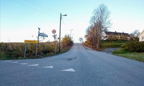 Gamleveien i Åsbygda skal få ny asfalt i løpet av de neste ukene.