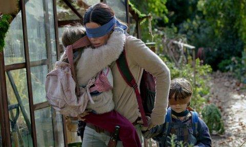 BIND FOR ØYNENE: «Bird Box Challenge» går ut på at man skal gjøre hverdagslige handlinger i mens man har bind for øynene. Foto: Skjermdump fra Netflix