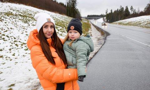 PÅKJØRSLER: Anny Andreassen mener at tre påkjørsler på ei uke bør si det meste om at Rv7 trenger viltgjerde. Særlig når hun kjører med datteren Tia Andreassen Ulven i bilen tenker hun på faren for sammenstøt.