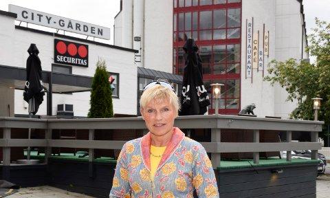 TJENT MED: Styreleder i Bryggerigården boligsameie, Mette Sønsteby, mener at Hønefoss er tjent med at kommunen ikke tillater mer enn fire etasjer og en inntrukket femte etasje.