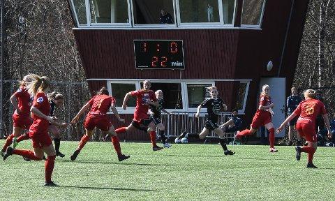OMSVERMET: HBK-spillerne ble godt passet på av Røa-spillerne.