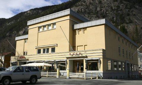 OPPVASK: I maidagene 1945 ble 19 jenter tatt i forvaring og satt til å vaske ned Kinokafeen og andre steder på Rjukan.