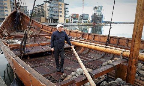 """OSEBERGSKIPET: Forfatteren ombord i det nybygde Osebergskipet i Tønsberg. Et lignende langskip var det Gregorius Dagsson og hans menn rodde ut med fra Skien langs kysten til Bjørgvin der det avgjørende slaget ventet. Denne ferden i 1155 kan du lese om i """"Sverdrengen""""."""