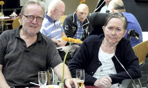 FORNØYDE: Jon Bratfos på besøk hos kona Turid på Rolvsrudhjemmet. De er glade for at middagen heretter skal serveres senere på dagen. Foto: Torstein Davidsen