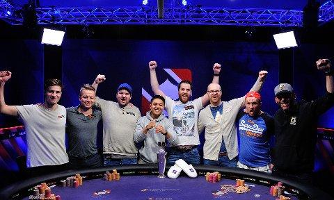 FINALEBORD: Raymond Evensen (nr. to fra høyre) spiller finale i poker-NM søndag ettermiddag. (Foto: Thomas Stacha/poker.no)