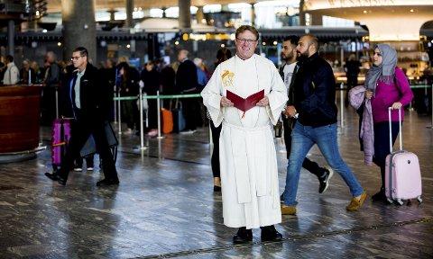 Snart vielser: Den nytilsatte lufthavnpresten Torbjørn Olsen tilbyr ekteskapsinngåelse – på «flyvende flekken». Foto: Tom Gustavsen