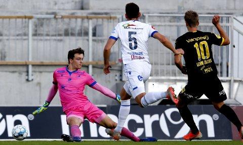 LEDERMÅLET: Thomas Lehne Olsen (t.h) satte sikkert inn 1-0 målet bak Haugesunds keeper Oskar Snorre Frigast Olsen (t.v.) på en super kontring. BEGGE FOTO: NTB SCANPIX