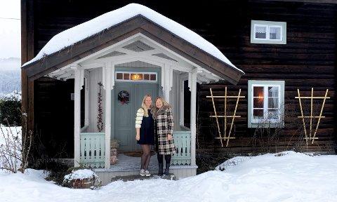 Med litt hjelp fra datteren Bianca Wessel (t.v.) har Viveke Wessel (t.h.) lagt ut dette gårdshuset i Sigdal til leie på Airbnb. Inntektene gir Viveke mulighet til å bli boende på en gammel gård med store vedlikeholdsutgifter. Foto: Wesseltunet