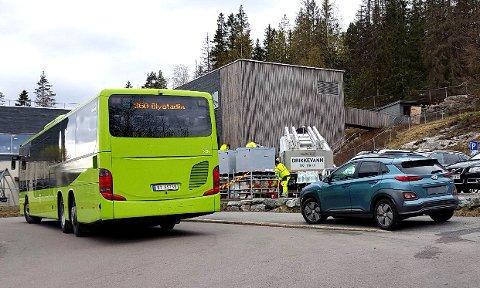 Ved 14.10-tida fikk beboerne tilbud om å hente vann ved Fjellbo barnehage. Noe Bente Pedersen satte pris på. Foto: privat