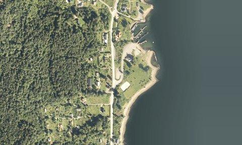 BADEOMRÅDE: Området ved den nedlagte fergekaia på Storsand er populær badeplass om sommeren, men Knut Solberg mener det ikke vil være i konflikt med et visningsbasseng.Foto: 1881