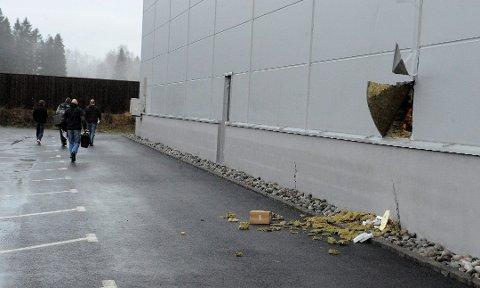 SLO HULL I VEGGEN: I 2011 skjedde dette på Nordre Kullerød. Tyvene kom seg inn i bygget ved å slå hull i veggen. Hullet var ikke større enn at akkurat en person kunne krype inn.