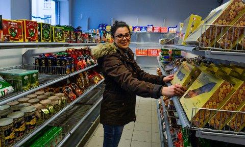 ÅPNER SNART: Nagham Akela er i ferd med å fylle opp hyllene med kaker, kjeks og snacks du ikke så lett får tak i hos kjedebutikkene. Hun håper at de får åpnet butikken i løpet av neste uke.