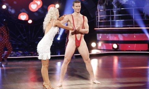 LUFTIG: Det ble svært lettkledd da Frank Løke valgte å danse cha-cha-cha i Borat-drakt. Showet fikk stor medieoppmerksomhet i hele Norge, og førte nok til at flere ble nysgjerrig på denne mannen. Foto: TV 2