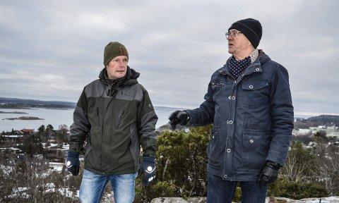 IDYLL: Roy Larsen (t.v.) og Svein Sæbøe har tatt seg en tur til Høgenhalltoppen. I bakgrunnen bebyggelsen i Sjuveenga og Lahellefjorden.