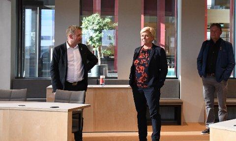 Siv Jensen lot seg imponere over den nye kommunestyresalen i Sandnes rådhus.
