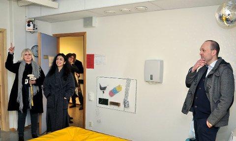 SANSEROM: Reidun Eriksen viser Hadia Tajik og Sindre Martinsen-Evje sanserommet på avdelingen for funksjonshemmede.