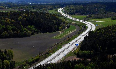 NY ASFALT: Det skal legges ny asfalt på E6 mellom Ingedalkrysset og Årumkrysset de neste dagene.