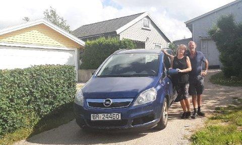 STARTER AV SEG SELV: Ekteparet Karlsen med sin Opel Zafira som ved to anledninger startet opp helt av seg selv. Foto: PRIVAT