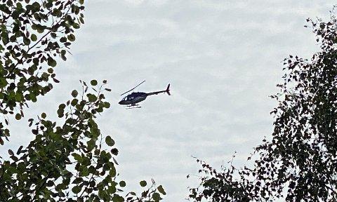 Dette helikopteret fløy lavt over deler av Sarpsborg søndag.