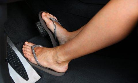 Mange tenker nok ikke over skovalget når de setter seg inn i en bil, men dårlig fottøy kan henge fast i gulvmattene slik at skoen ikke følger med fra gass til brems i det øyeblikket det skjer noe.