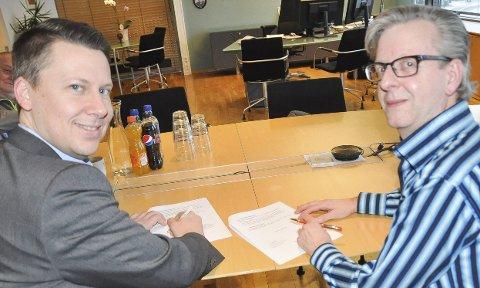 FØRSTE GANG I NORGE: Lokalbanksjef Lars André Dingstad -Eriksen (t.v) og daglig leder Stian Eriksen i IOSS signerer et data-avtale for å få trøgstingene digitalisert.