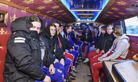 Trives: Russetiden er over, men guttene utnyttet russetiden godt mens den varte og hadde både mye jobb og mye glede med bussen «Kongen 2018».Arkivfoto