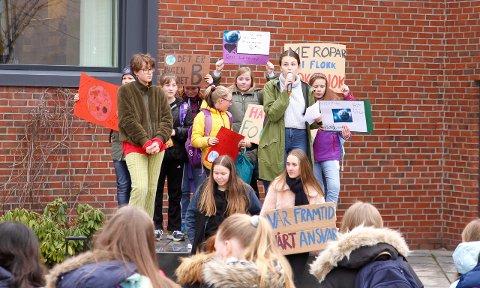 KLAR TALE: Beatrice Juskaite (t.v), Camilla Bronnes (midten nede) og Anna Jevnaker Asperheim , alle elevar ved Tangen skule, streika for klimaet i dag.