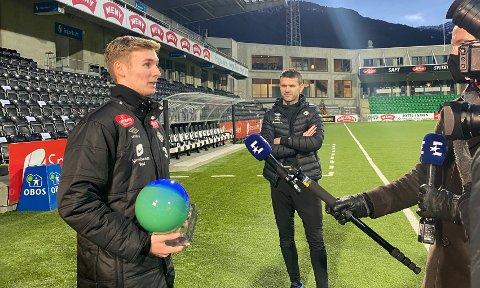 STOLT TRENAR: Eirik Bakke følgde stolt med medan Sivert Mannsverk blei intervjua av Eurosport etter å ha fått prisen som årets spelar.