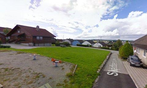 Det er veien til høyre som skal bli atkomstvei til en av de nye boligene på denne ubebygde tomten. Det stusser politikerne på.