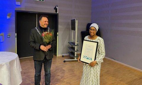 Aisha Bigset fikk fylkeskommunens inkluderingspris fra fylkesordfører Tore O. Sandvik.
