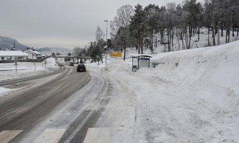 MER TILGJENGELIG: Kommunen skal lage ny gangvei som gjør det enklere å komme seg til busstoppet nedenfor Shellstasjonen. I dag må man enten gå en lang omvei over brua, eller lage egne snarveier gjennom snøen for å komme fram.