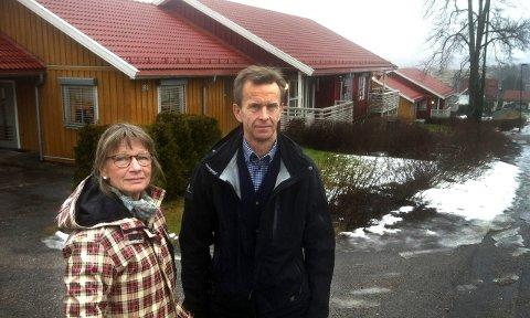 FORTVILET: Styreleder Tove Lenæs og styremedlem Tore Fjalestad i Maribakkane borettslag er begge oppgitt over Skien Boligbyggelag. Bak dem er bygningsmassen i borettslaget.FOTO: DAG TINHOLT