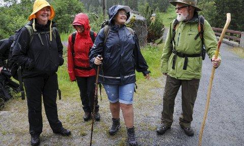 OPTIMISME: - Litt regn gjer da ikkje noko, smiler Bergit Telnes (midten), klar for ein ny etappe med turfellane sine ved Grunge bru. FOTO: INGEBJØRG BØ